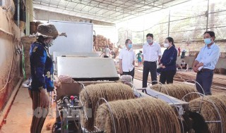 Bí thư Huyện ủy Mỏ Cày Nam làm việc với các doanh nghiệp