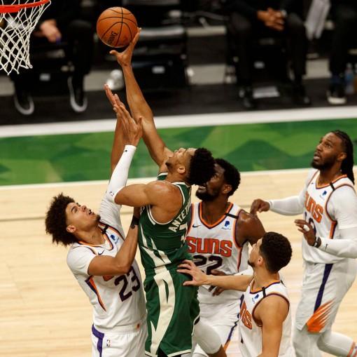 """Giannis lần thứ hai ghi 41 điểm, cùng Bucks """"bóp nghẹt"""" Phoenix Suns trên sân nhà"""