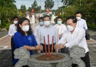 Thường trực Tỉnh ủy viếng Nghĩa trang liệt sĩ tỉnh