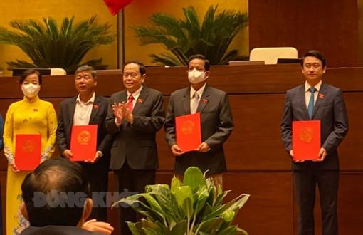 Công bố và trao Nghị quyết của Ủy ban Thường vụ Quốc hội về công tác cán bộ