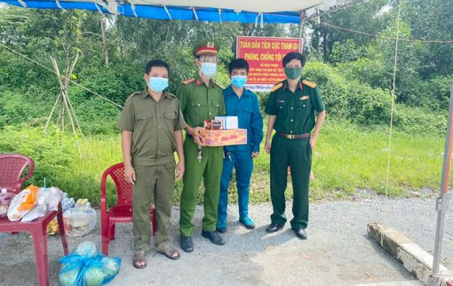 Viettel Post Bến Tre thăm và trao quà cho các chốt kiểm soát dịch Covid-19