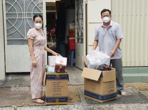 Phóng viên Báo Nhân Dân thường trú tại Bến Tre vận động tặng quà  phòng, chống dịch Covid-19