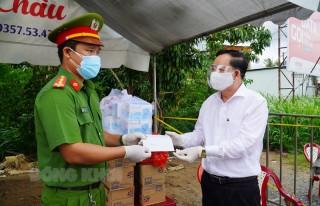 Chủ tịch UBND tỉnh Trần Ngọc Tam thăm, tặng quà chốt kiểm soát dịch Covid-19