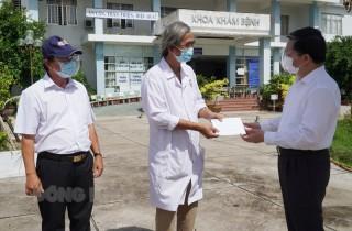 Bí thư Tỉnh ủy Lê Đức Thọ thăm, tặng quà chốt kiểm soát dịch Covid-19