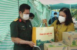 Phó bí thư Thường trực Tỉnh ủy - Chủ tịch HĐND tỉnh Hồ Thị Hoàng Yến thăm, tặng quà lực lượng làm nhiệm vụ phòng, chống dịch tại các huyện