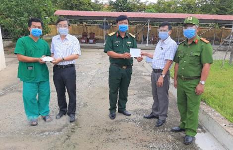 Trưởng ban Dân vận Tỉnh ủy thăm và tặng quà các chốt kiểm soát ở Thạnh Phú