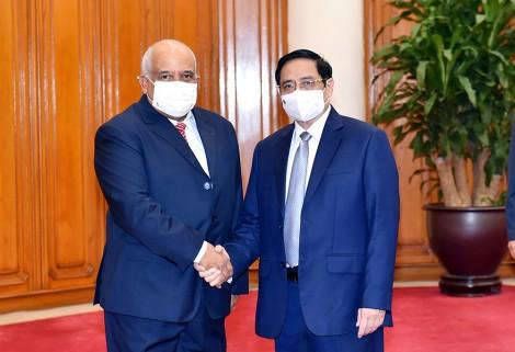 Thủ tướng Phạm Minh Chính tiếp Đại sứ Cuba, thúc đẩy hợp tác vắc-xin