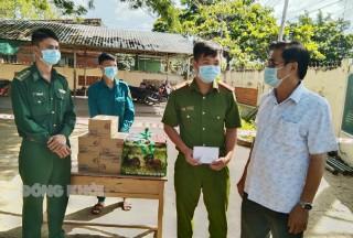 Lãnh đạo tỉnh thăm, tặng quà các lực lượng làm nhiệm vụ khu cách ly, phong tỏa tại huyện Bình Đại