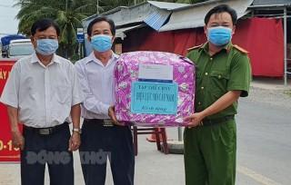 Điện lực Mỏ Cày Nam thăm hỏi lực lượng tuyến đầu chống dịch Covid-19