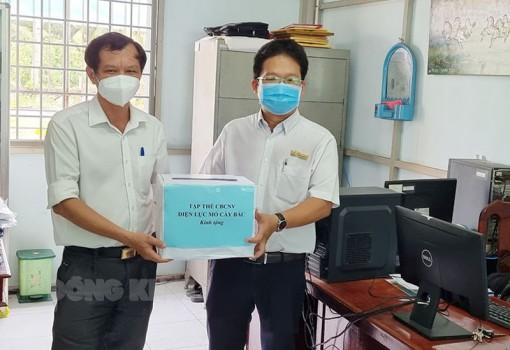 Điện lực Mỏ Cày Bắc tặng quà ủng hộ phòng, chống dịch Covid-19
