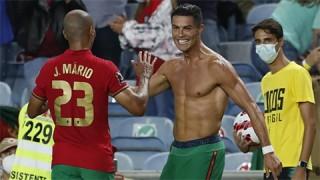 Ronaldo bị treo giò vì cởi áo ăn mừng