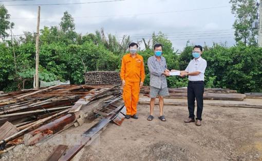 Điện lực Bình Đại, Ba Tri hỗ trợ người dân bị sập nhà do lốc xoáy