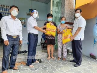 Thăm và tặng quà cho lực lượng tuyến đầu chống dịch ở Thạnh Phú