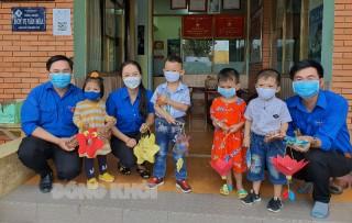 Tặng 140 chiếc đèn trung thu cho trẻ em Làng SOS Bến Tre