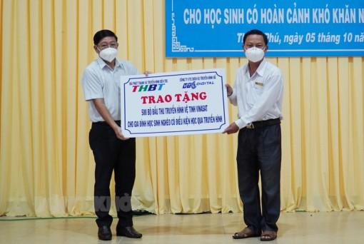 Thạnh Phú tiếp nhận thiết bị học trực tuyến cho học sinh có hoàn cảnh khó khăn