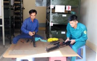 Thượng úy chuyên nghiệp Lê Văn Minh tiêu biểu trong công tác kỹ thuật