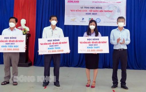 """""""Báo Đồng Khởi - Tiếp bước đến trường"""" trao tặng 135 suất học bổng"""