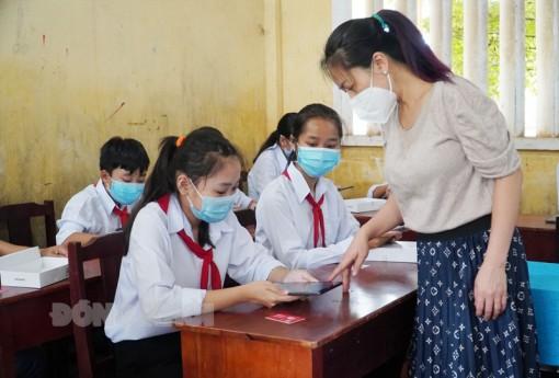 Trao 51 gói thiết bị học trực tuyến cho học sinh
