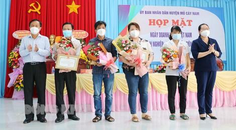 Mỏ Cày Nam tổ chức họp mặt Ngày Doanh nhân Việt Nam 13-10