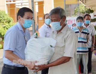 Tặng 210 phần quà cho người dân khó khăn trong đại dịch Covid-19
