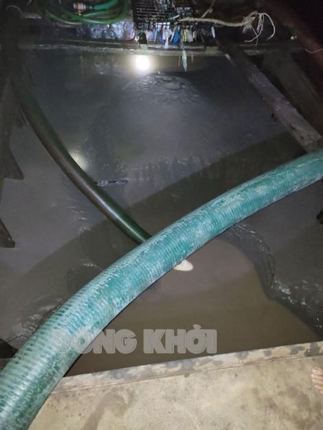 Bắt quả tang 2 đối tượng khai thác cát trái phép trên sông Hàm Luông