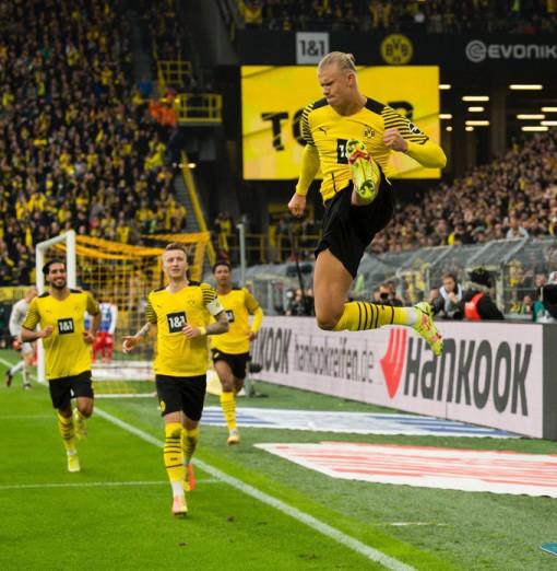 Dortmund tạm chiếm ngôi đầu