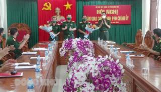 Bàn giao chức danh Phó chính ủy Bộ Chỉ huy Quân sự tỉnh Bến Tre