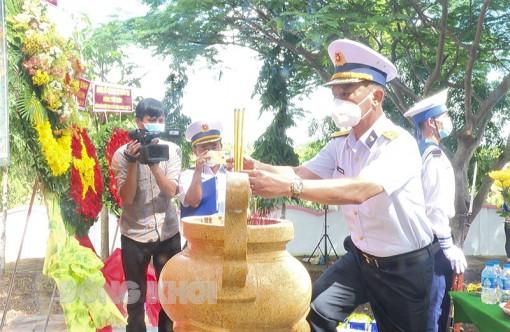 Dâng hương kỷ niệm 60 năm Ngày mở đường Hồ Chí Minh trên biển tại bến Thạnh Phong