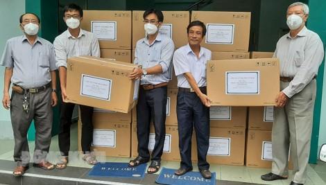 Trao 1 ngàn bộ đồ bảo hộ y tế cho 3 bệnh viện