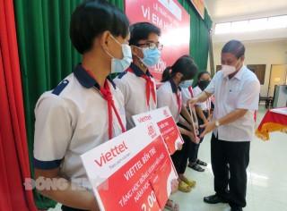 Viettel Bến Tre trao 90 suất học bổng tại huyện Ba Tri