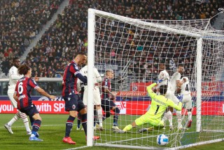 Chật vật chiếm đỉnh Serie A
