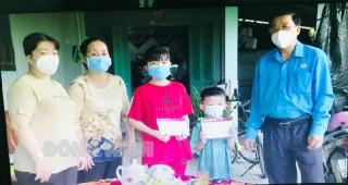Liên đoàn Lao động tỉnh thăm hỏi, trao hỗ trợ cho con đoàn viên công đoàn tử vong do nhiễm bệnh Covid-19